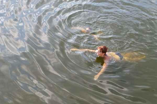 plave i pod vodou
