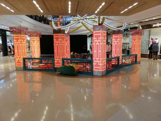V obchodním domě CENTRAL FESTIVAL je výzdoba k novému čínskému roku.