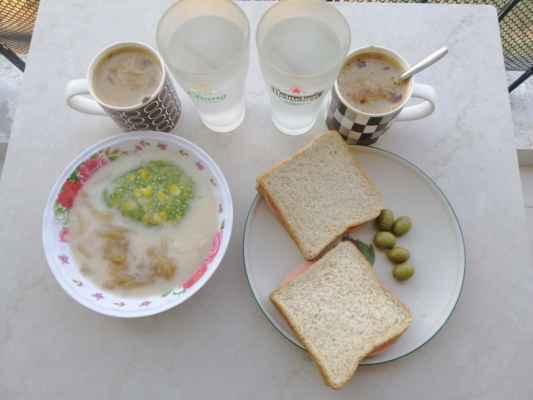 Snídaně. Shanaka má toastový chléb a já sladké želé s kokosovýma mlékem.