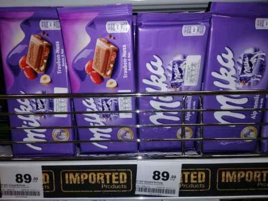 Tady se mlsat nevyplatí. Dovozové zboží má vysokou daň. 100 g čokoláda Milka za 89,-BHT tj. 65,-Kč.