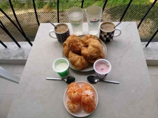 Snídaně. Croissant s jogurtem s kousky mladého kokosu a výborné sladké mandarinky.