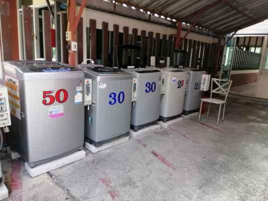 Systém praní. V přízemí ubytování je několik automatických praček. Nasypete prádlo, prášek na praní, aviváž a peníze. Pračka ukáže za jak dlouho máte přijít a je to.