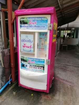 Automat na pitnou vodu. Litr stojí 1,-BHT.