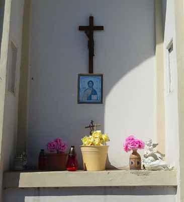 Bašť - výklenková kaple - A2 - Výklenková kaplce na rozcestí do Měšic a Líbeznic byla postavena okolo roku 1800. V roce 1868 byla opravována.