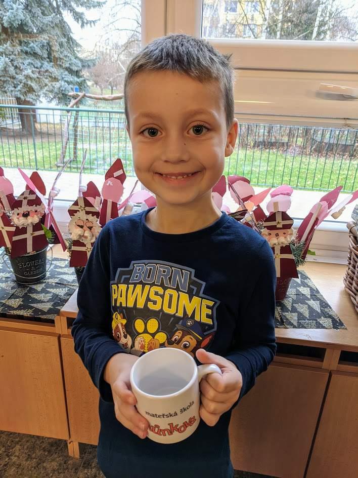 Chlapec s hrnečkem, kde je logo školky