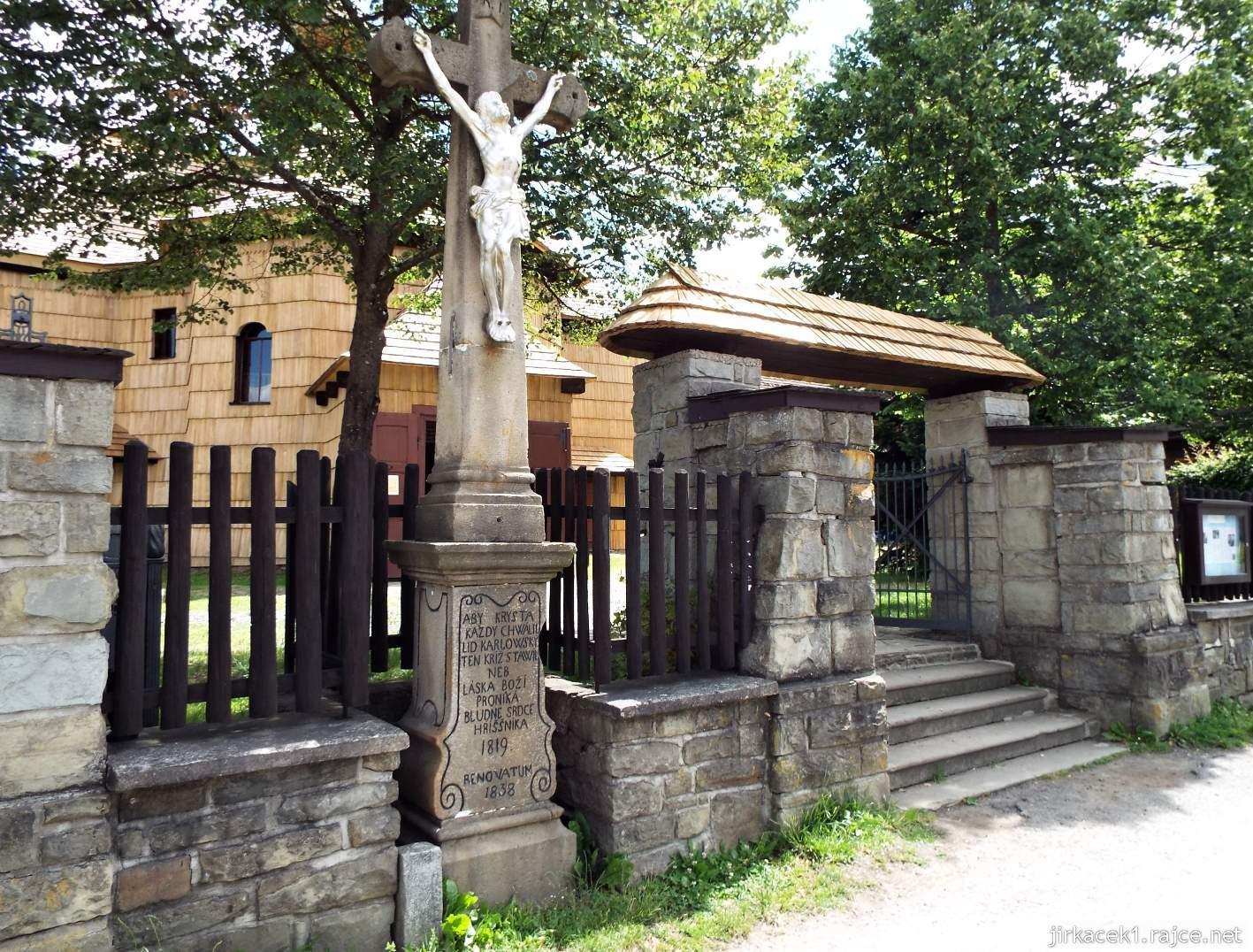 Velké Karlovice - Kostel Panny Marie Sněžné 24 - kříž s Kristem u vchodu do areálu