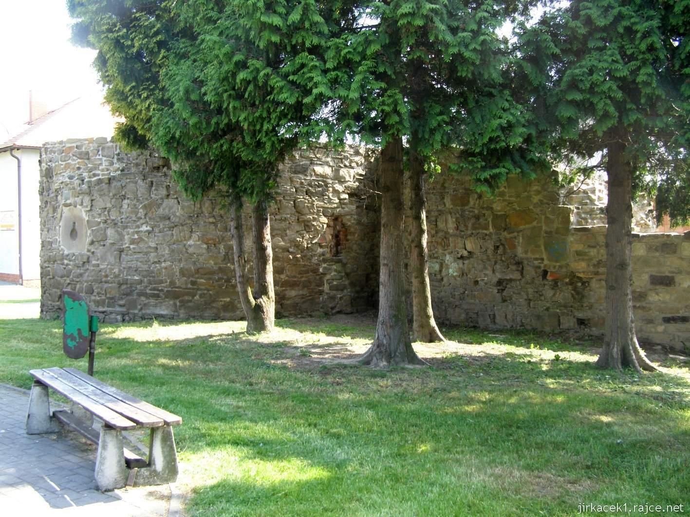 Hlučín - hradby 03 - bašta a zeď v ulici Na valech