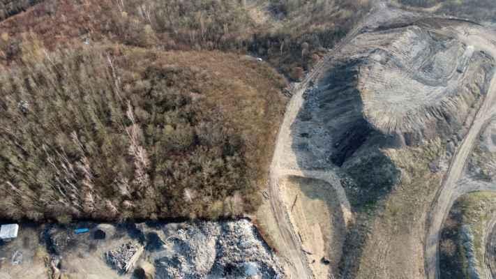 místo vodní plochy Vápenka je navršen kopec s placatým vrškem (vpravo nahoře)