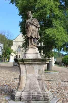 Socha svatého Jana Nepomuckého, pochází z roku 1730.