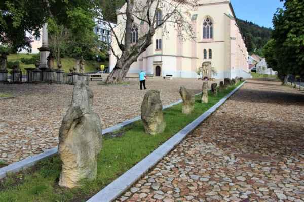 Křížová cesta ke svobodě - pomník vězňům uranových dolů s 15. pamětními kameny.