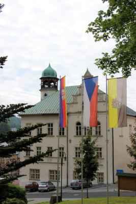 Radnice - bývalý Šlikův dům, historická budova byla do současné podoby přestavěna v letech 1901 až 1902. Jáchymov, je lázeňské město, které leží v Karlovarském kraji a žije zde přibližně 2500 obyvatel.