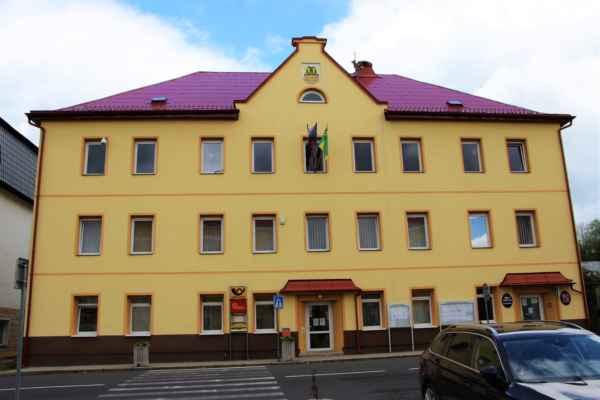 Kovářská, městys se nachází v nadmořské výšce815 metrů a první písemná zmínka o něm je z roku 1555. Žije zde 1250. obyvatel.