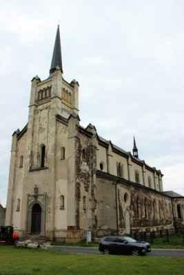 Výsluní - kostel svatého  Václava, byl postaven v letech 1851 - 1857. Kostelní loď je dlouhá 35. metrů, při šířce 20. metrů. Pyšnil se bohatou výzdobou, avšak roku 1981 vypukl požár, který zcela zničil střechu a věž kostela. Osud kostela byl zpečetěn. V roce 1997 byla založena nadace s názvem svatého Václava, která si dala za cíl kostel zachránit. Od roku 1998 je kostel kulturní památkou.