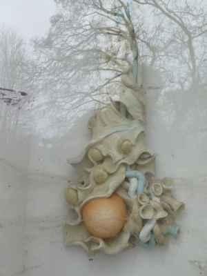 Zrod a zároveň zatracení koule - Autorem keramické sochy v kapličce je umělec Lubo Kristek. Socha je součástí Kristkovy podyjské glyptotéky - výtvarně-filozofické trasy poutních míst od pramene Moravské Dyje po soutok Dyje a Moravy. Glyptotéka představuje celkem 11 soch rozmístěných kolem řeky Dyje. Zrod a zároveň zatracení koule je osmým zastavením, bylo slavnostně otevřeno 8. 7. 2006. Kristek sochu připodobňuje k pomníku časů nacházejícího se na křížení dvou energetických cest, z nichž jednou je Černá Dyje a druhou přerušená spojnice přes řeku.