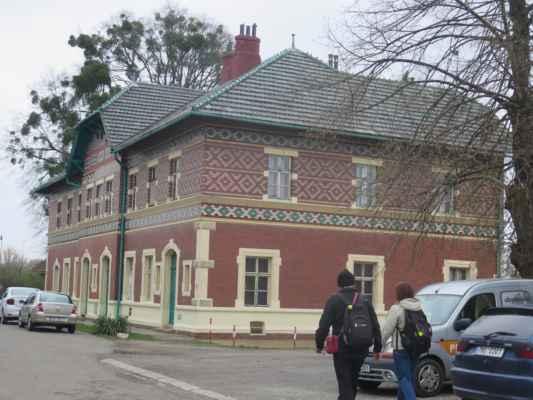jímavá stavba nádražní budovy z konce 19. století, postavenou podle návrhu lichtenštejnského stavitele Karla Weinbrennera.