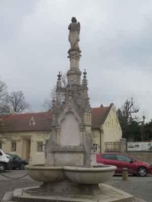 Novogotická kašna byla postavena ve druhé polovině 19. století. Autorem návrhu byl lichtenštejnský architekt Karl Weinbrenner.