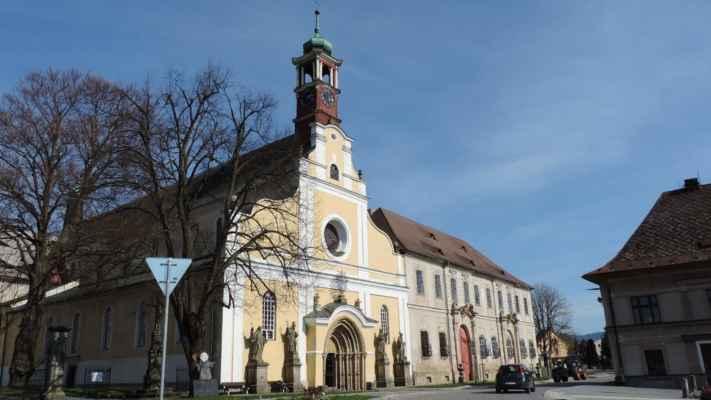 Police nad Metují, klášter Benediktinů. Klášter založil v roce 1213 řád břevnovských benediktinů. Původní gotické budovy byly v letech 1676 - 1722 barokně přestavěny. Budovy kláštera obepínají dvě nádvoří. Ke klášteru přilehá kostel Nanebevzetí Panny Marie.