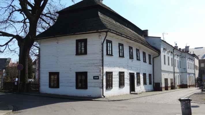 Stará škola. Na rohu Hvězdecké a Zahradní ulice se nachází dvoupatrová barokní roubená budova. Ta byla postavena v roce 1785 jako místní škola, která nahradila nevyhovující budovu z roku 1705. V přízemí se nacházely dvě třídy a v prvním patře bydleli učitelé. Budova svému účelu sloužila do roku 1857.