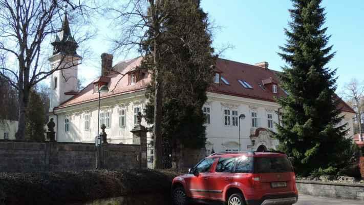 Teplice nad Metují, zámeček, dnes Domov důchodců.Zámek byl postaven v roce 1664 Zikmundem Schmiedlem ze Schmieden v raně barokním slohu. Po roce 1749 byly v interiérech vytvořeny štukové stropy s figurální výzdobou a v přízemí zámecká kaple.Poslední rozsáhlé stavební úpravy provedl továrník Bedřich Faltys po roce 1888, který nechal přistavět další křídlo směrem do zahrady.