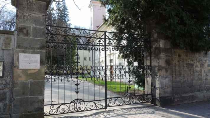 K zámku přiléhá rozlehlá zahrada, která je známá sbírkou rokokových plastik z Braunovy školy v Kuksu.