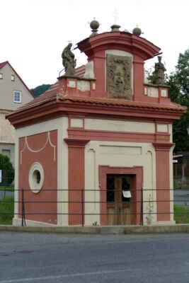 ... večerní procházka pop Nebočadech - kaple Nejsvětější Trojice - Tato drobná sakrální stavba, která vznikla na počátku 18. století, se nachází na seznamu kulturně chráněných památek. Kaple čtvercového půdorysu se vyznačuje barokními prvky, je zdobena reliéfem Korunování Panny Marie a sochami sv. Jana Nepomuckého a sv. Josefa.