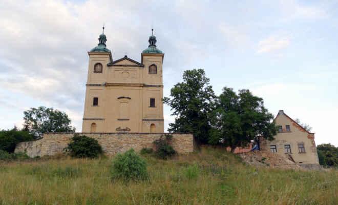 Kostel sv. Vavřince - obehnaný neprostupným plotem a v rekonstrukci ... - Zbudován v letech 1712-14 podle projektu arch. A. Achcigera. Na přelomu 60. a 70. let let 20. stol. opraven. Orientovaná stavba se dvěma vysokými věžemi ve vstupním průčelí. Nyní zchátralý.