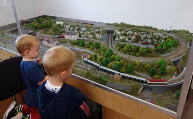 A další modelová železnice. Ta byla podstatně menší, ale vydrželi u ní také dost dlouho. Ostatní vystavené exponáty je zatím nezaujaly.