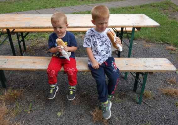 Čas na oběd - mezi kuřecí směsí, gulášem a smaženým sýrem si klučíci vybrali hot dog.