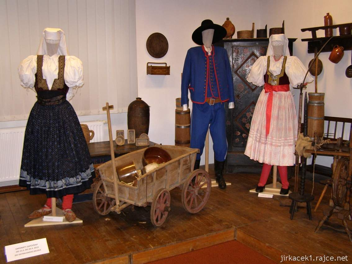Muzeum Třineckých železáren 09 - expozice města Třince - kroje, malý vozík a bydlení 18 - 19. století