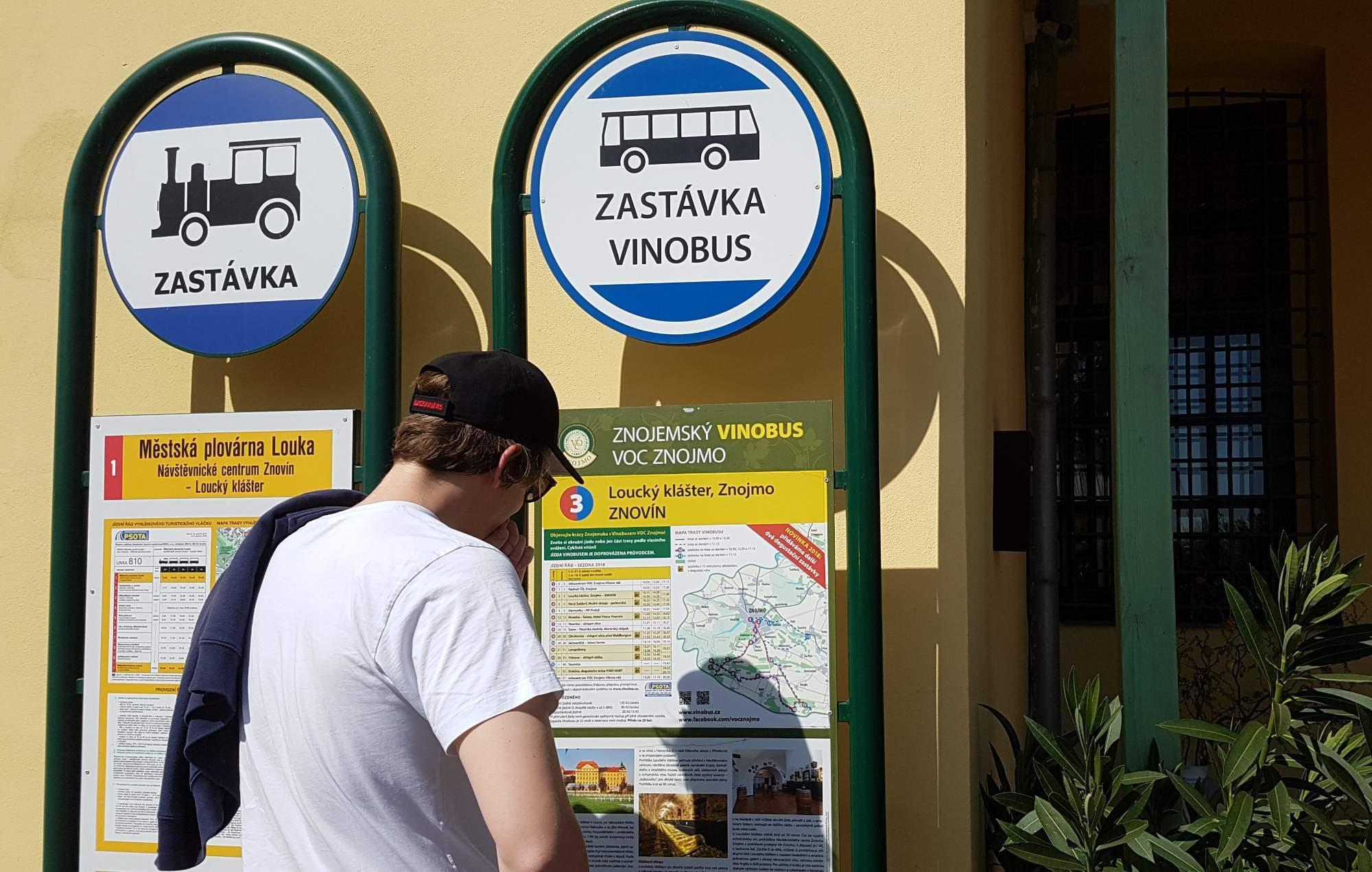 Jedna ze zastávek Vinobusu je u Louckého kláštera, kde sídlí Znovín Znojmo. Foto: Anežka Horová.