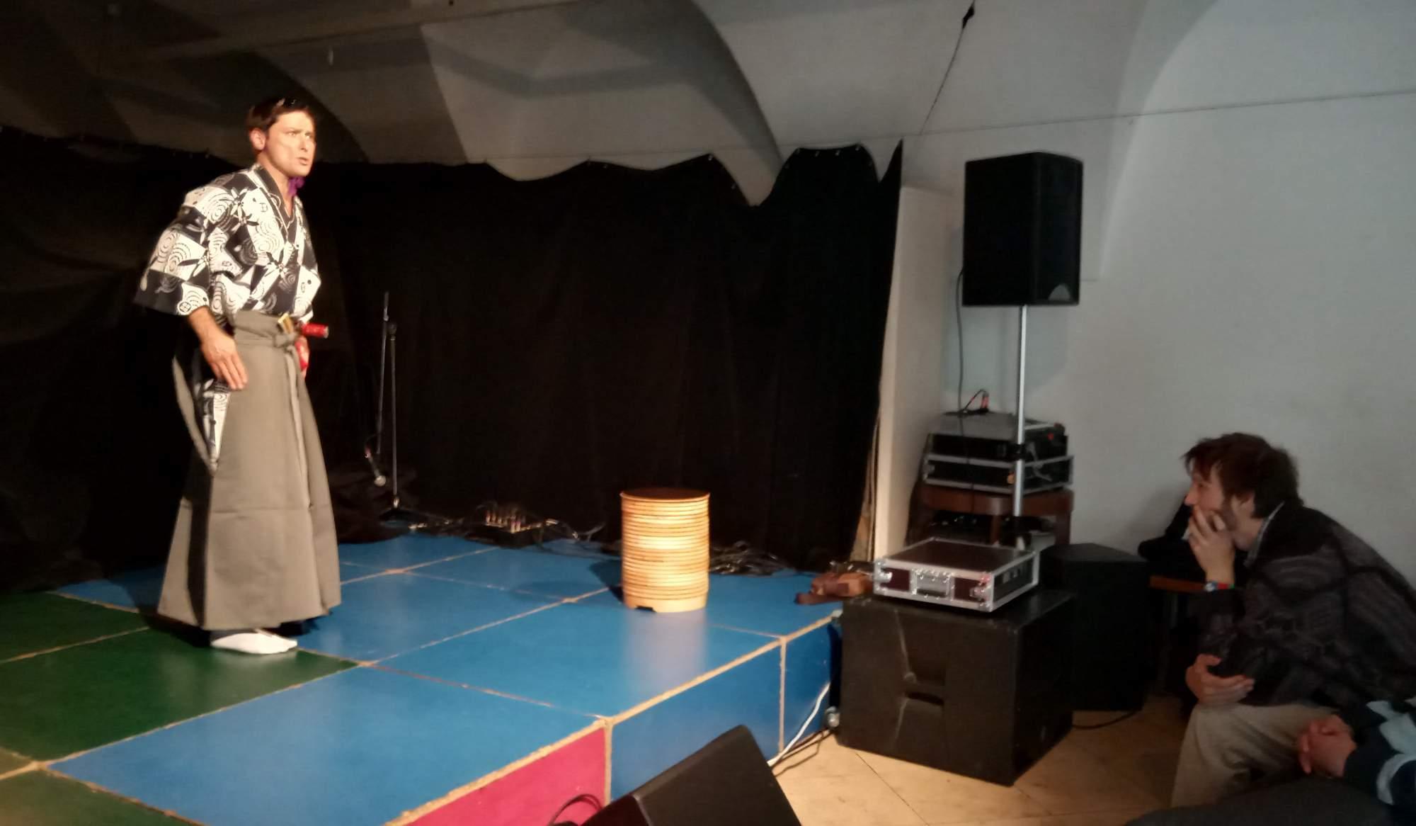 Zahájení festivalu se odehrávalo v kavárně Trojka, kde vystoupilo Divadlo kjógen. Foto: Anežka Horová.