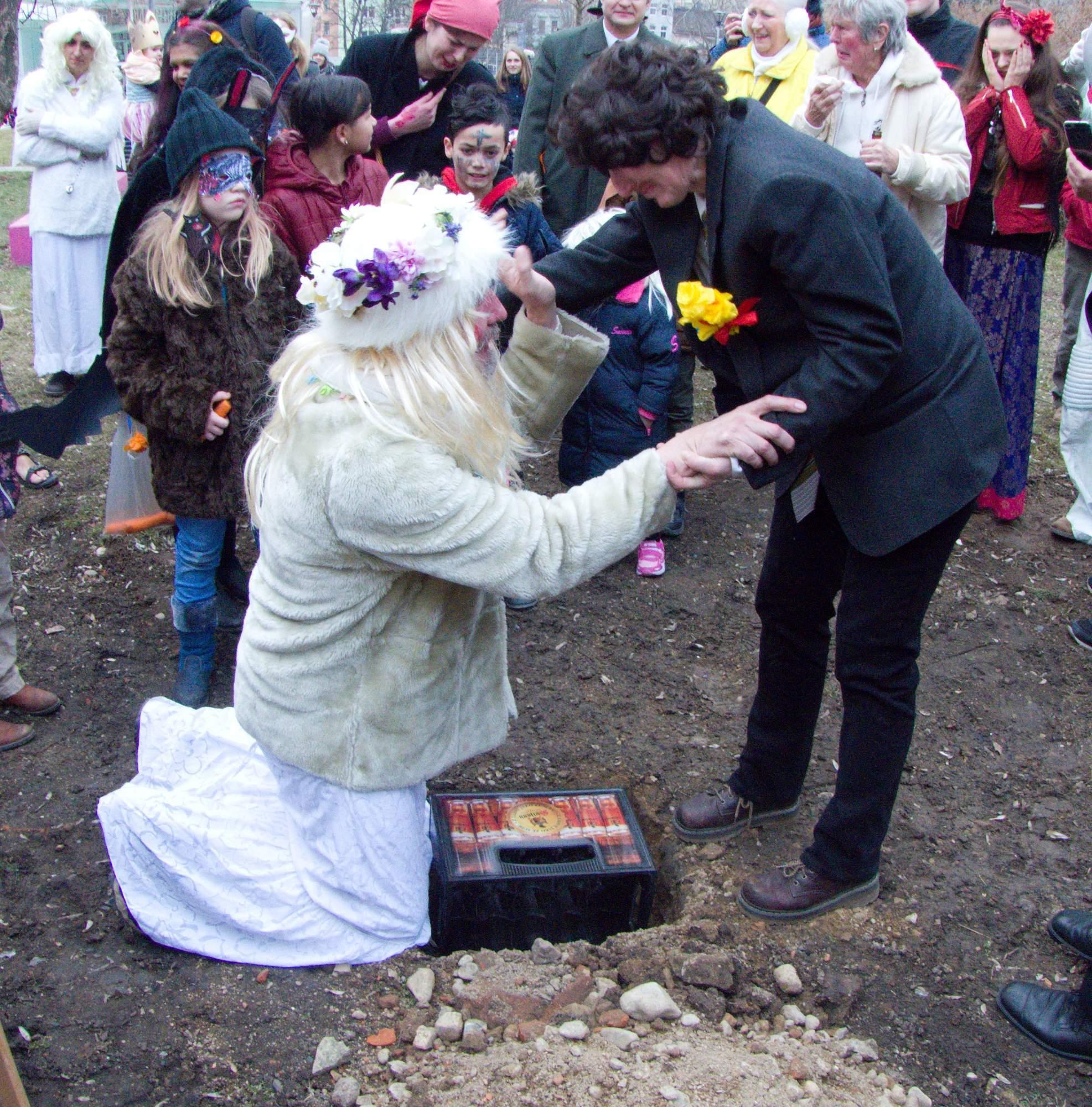 Ženich s nevěstou pochovávají basu. Foto: Martin Foral