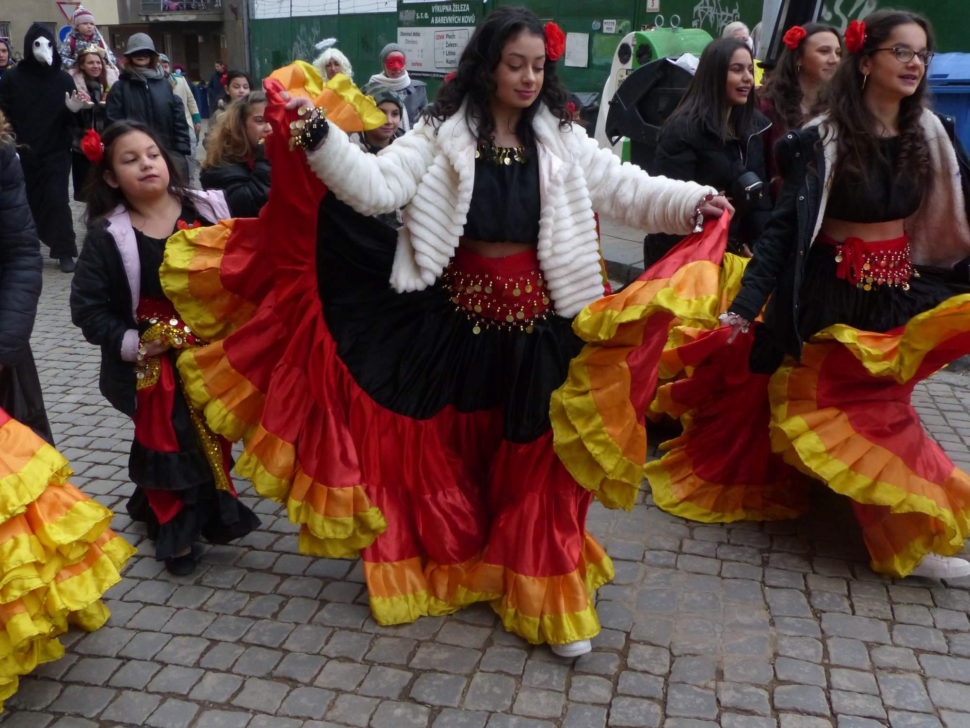 Ozdobou průvodu byly pestrobarevné šaty tanečnic. Foto: Martin Foral