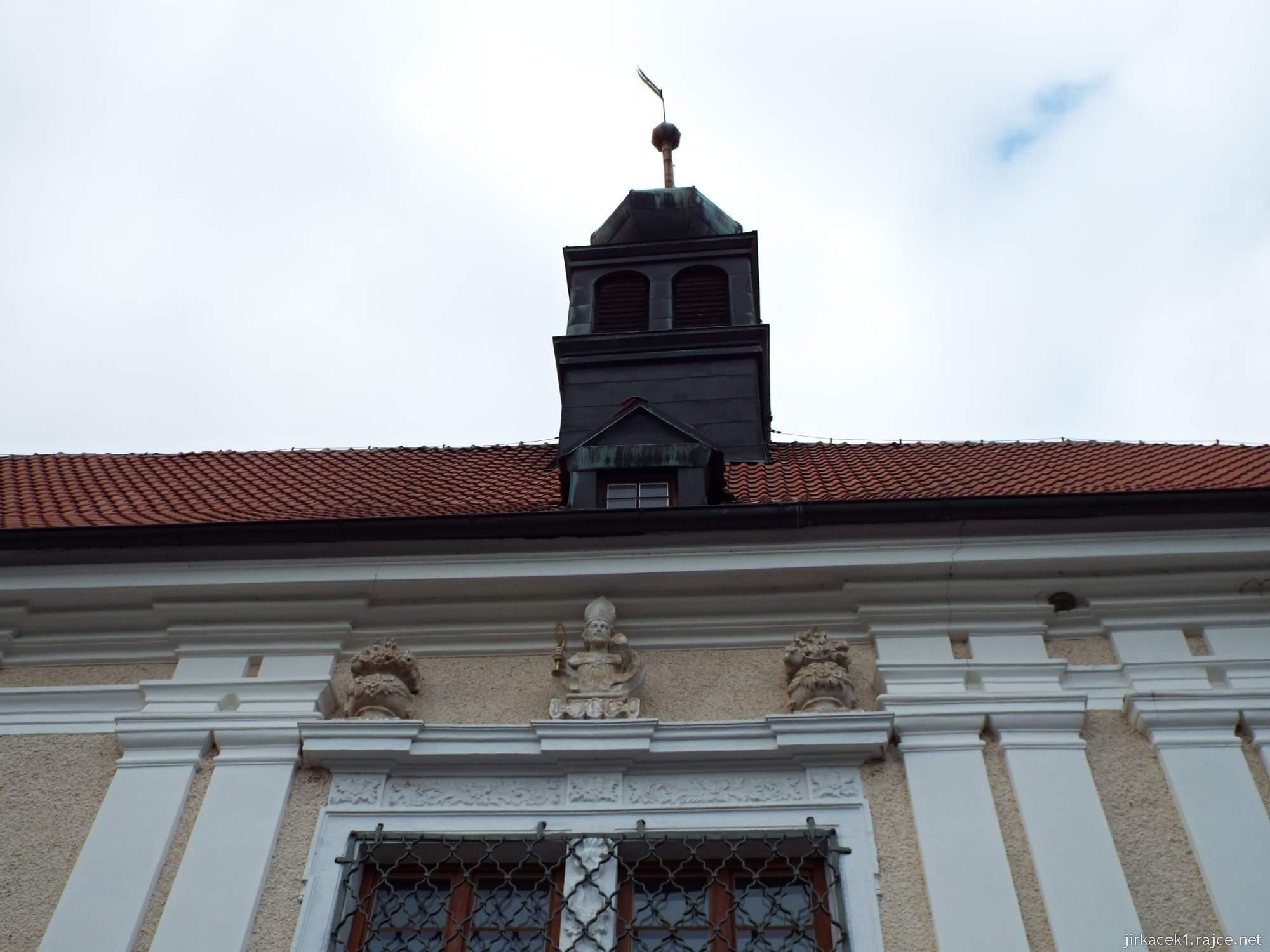 zámek Konice 02 - pískovcová socha opata Norberta Želeckého s monstrancí a palmou nad vchodem