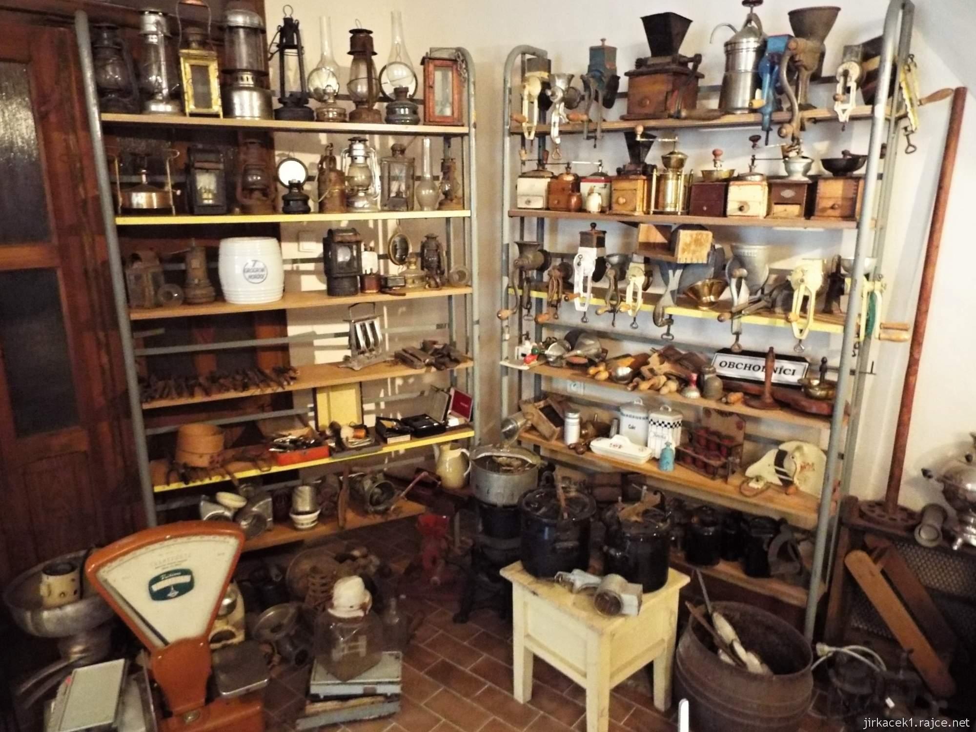 zámek Konice - muzeum řemesel v 1.místnosti - expozice vah a obchodnictví