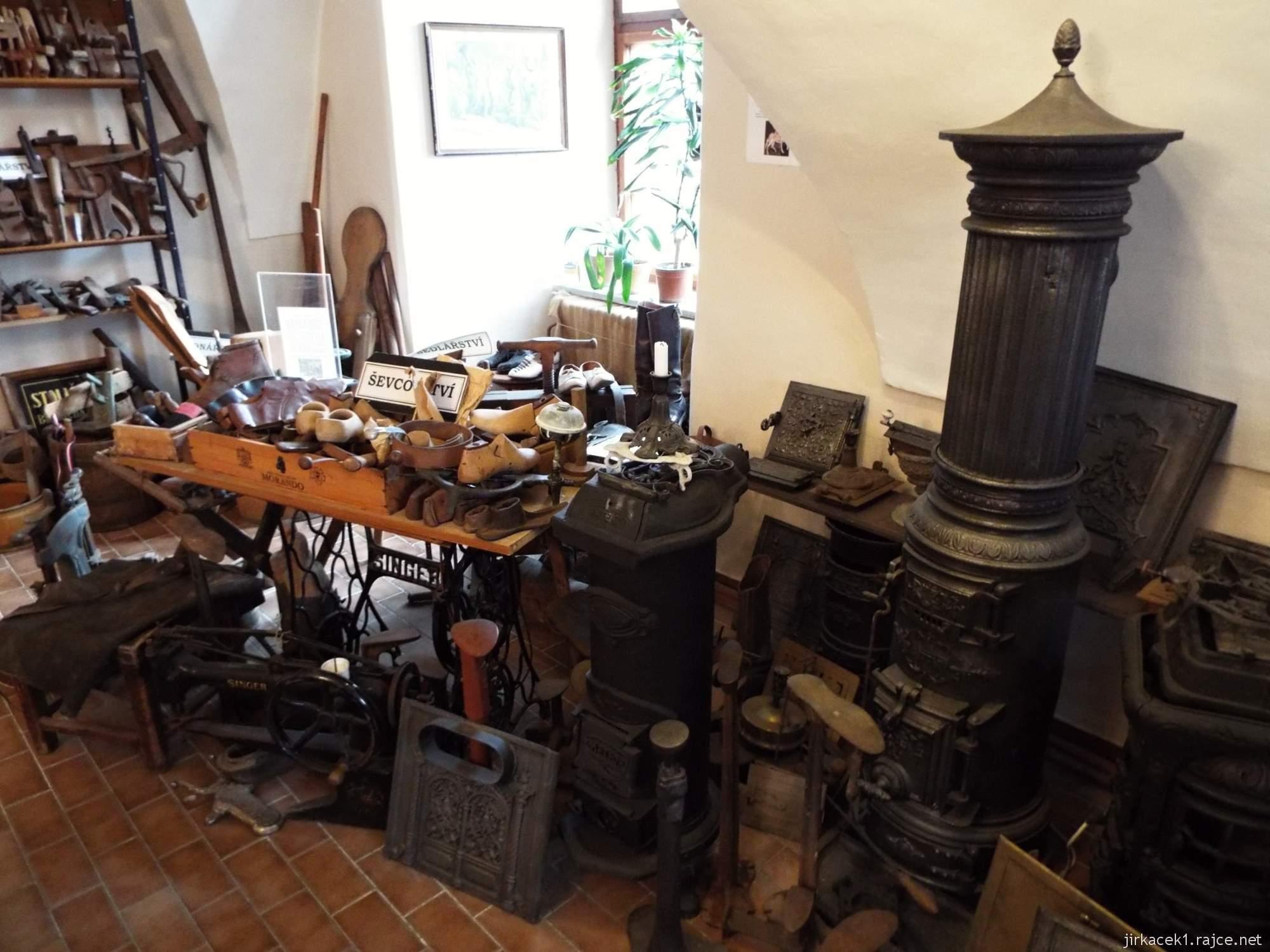 zámek Konice - muzeum řemesel v 1.místnosti - expozice kamnářství a ševcovství