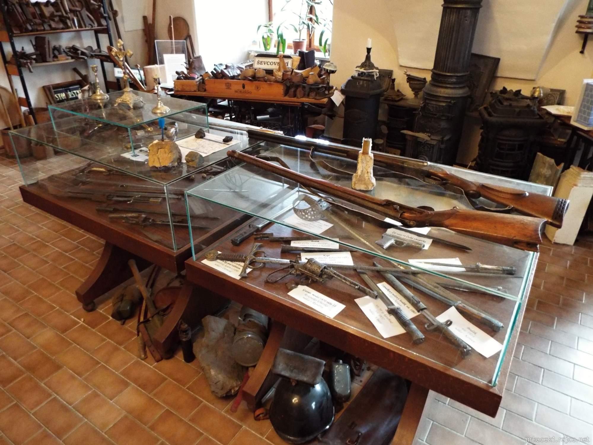 zámek Konice - muzeum řemesel v 1.místnosti - sečné a palné zbraně