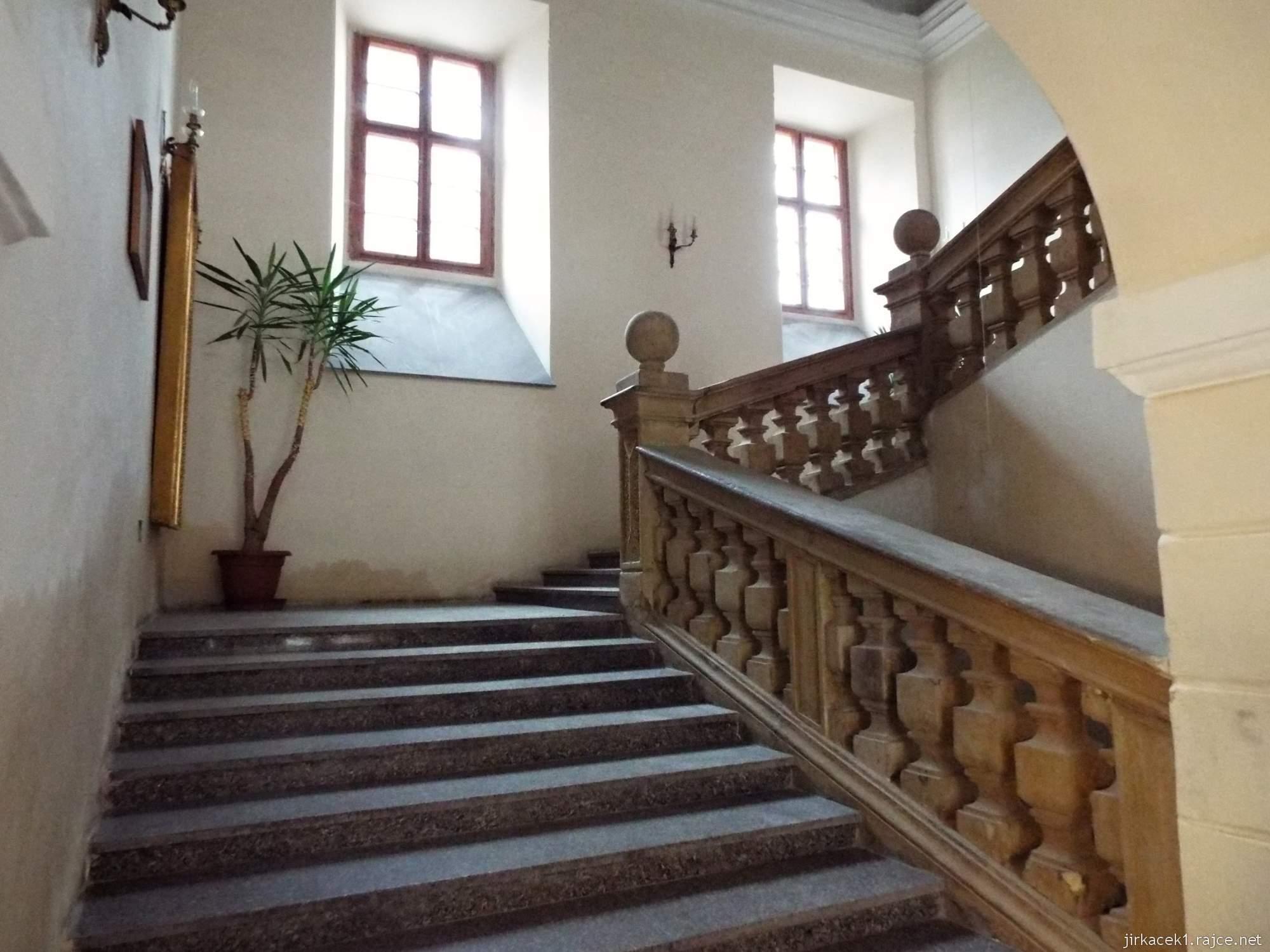 zámek Konice 53 - schodiště do 1.patra a Faucaltovo kyvadlo