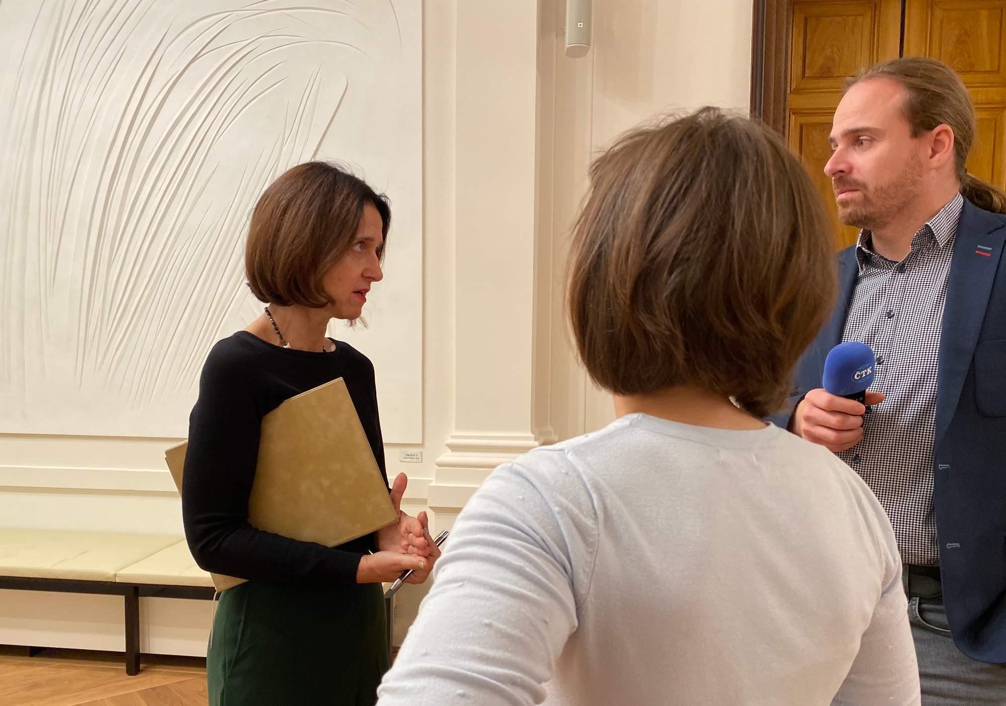 Soudkyně Kateřina Šimáčková vysvětluje novinářům situaci.