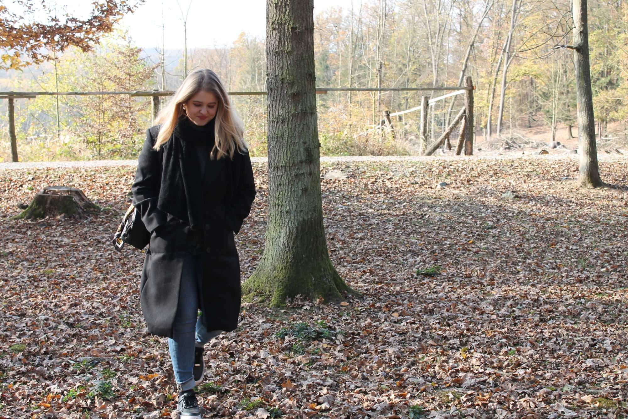 Návštěvnice se prochází v oboře Holedná.