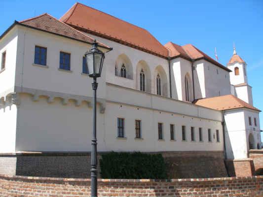 Hrad Špilberk - - byl založen ve 13.st moravským markrabětem a Českým králem Přemyslem Otakarem II.Nejdříve sloužil jako rezidenční hrad, poté v 17. století a 18. stoletím měl funkci pevnosti, která odolala v třiceti leté válce a nájezdu Švédů a v 18. století odolala také Pruskýmu vojsku. Od 18.století hrad Špilberk plnil funkci vězení (kasemat). Koncem 19.století sloužil hrad jako vojenská kasárna. Ve 20. století za první světové války zde bylo vězení pro odpůrce rakouské vlády, za druhé světové války zde bylo vězení pro české obyvatele, kteří bojovali proti nacistickému režimu a současně německé velitelství. Od roku 1960 hrad se stává muzem, a tak definitivně končí jeho vojenská funkce a slouží naopak pro různé kulturní akce.