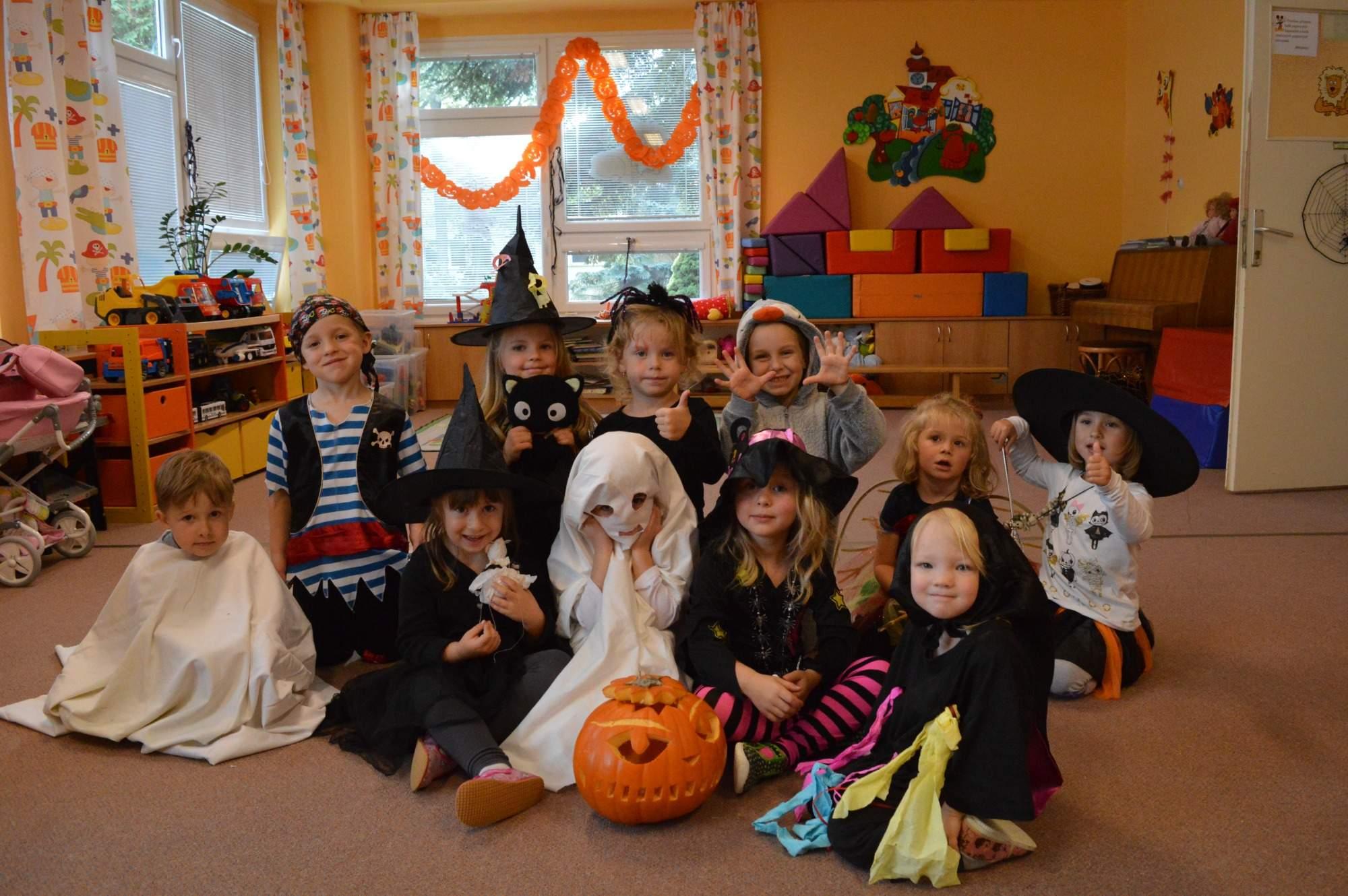 děti ve třídě v maskách duchů a dýní