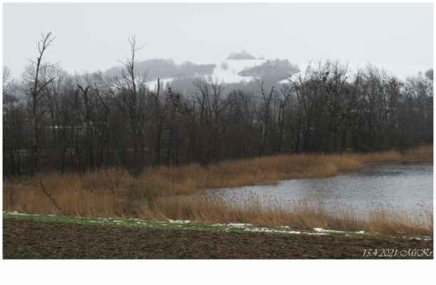 ...ovšem v nedalekých kopcích souvislá vrstva nového sněhu
