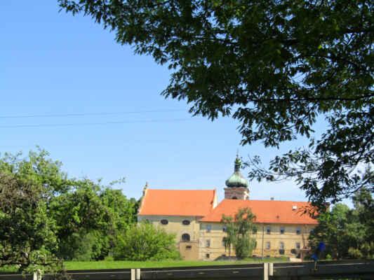 kostel Nejsvětější Trojice - Klášterní a farní kostel zbudovaný v letech 1666–1723. Trojlodní stavba s pravoúhle ukončeným presbytářem a s hranolovou věží. Zařízení kostela je barokní, oltářní obraz je dílem malíře Petra Brandla z r. 1707.