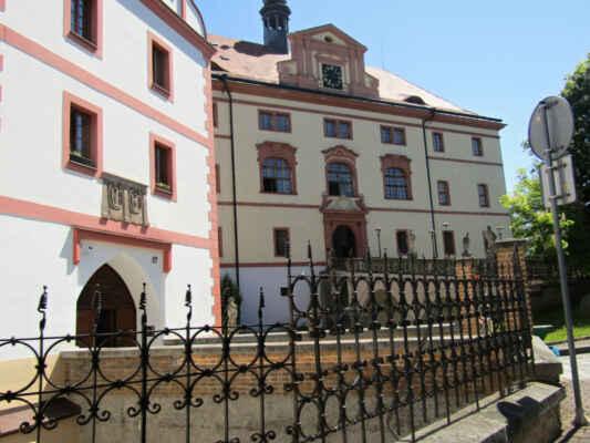 tvrz Lnáře - ato kamenná gotická tvrz byla zbudována jižně od původní zástavby obce na plochém terénním útvaru. Vznik tvrze se datuje do období před rokem 1318 a založil ji pravděpodobně říšský rod von Schlüsselberg. V roce 1597 byla tvrz přestavěna v moderním renesančním stylu. V roce 1659 se stal majitelem tvrze Aleš Ferdinand Vratislav z Mitrovic. Protože již tvrz nevyhovovala jeho požadavkům na komfort a reprezentaci, zahájil pravděpodobně roku 1666 v jejím sousedství výstavbu rozlehlého raně barokního zámku. Dnes je zde knihovna a informační centrum.