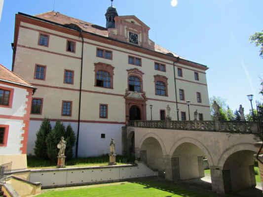 zámek Lnáře - Původní gotická tvrz byla v roce 1685 přestavěna na renesanční zámek. Jeho další větší úprava následovala v 19. století, kdy byl adaptován na pivovar. Spatříte patrový objekt na půdorysu lichoběžníku s patrovým štítem, jehož interiérům dominuje výjimečná fresková výzdoba inspirovaná antickou mytologií. V prostorách se také nachází muzeum, ve kterém si na své přijdou nejen milovníci rybářství.Součástí zámku je rozlehlý park se sochami antických bohů a malou mešitou se dvěma minarety.