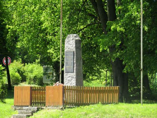 Dva pomníky osvobození nedaleko od sebe. Jeden nám připomíná osvobození obce Lnáře 4. tankovou brigádou USA a druhý pak příjezd 3. roty 2. tankového praporu čsl. samostatné obrněné brigády.