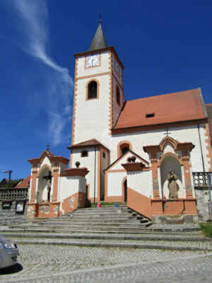 kostel sv. Jakuba Staršího - Založen ve 13. stol., v 18. stol. přestavěn barokně. Další úpravy kostela byly provedeny v 19. stol. V jižní části lodi zachován gotický portál. Jednolodní stavba s pravoúhle uzavřeným presbytářem a s hranolovou věží.