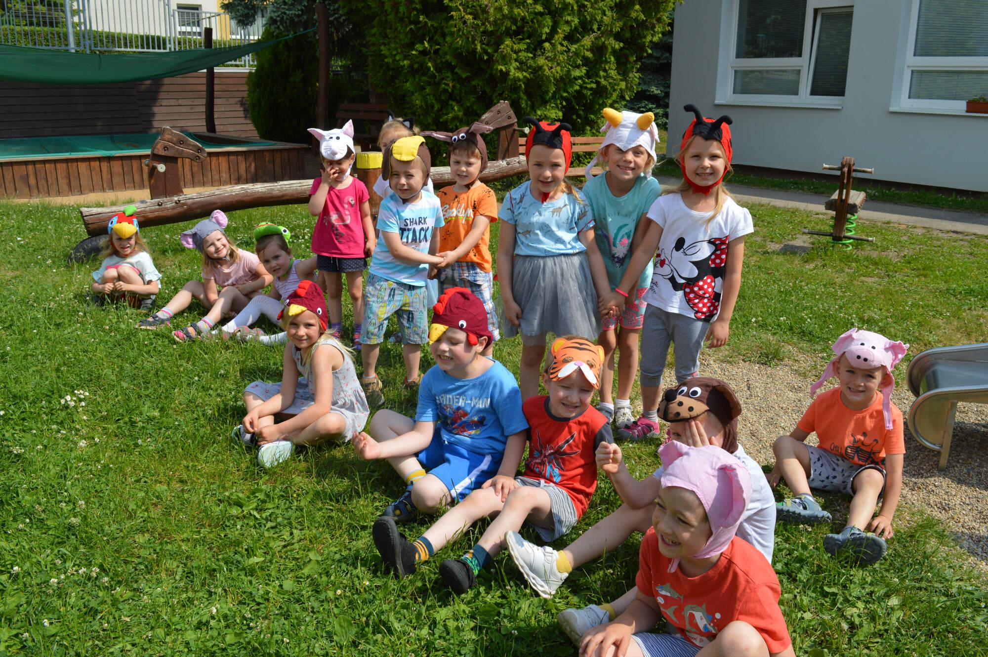 děti na zahradě v maskách